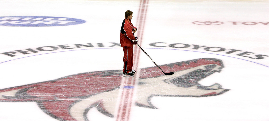 . Phoenix Coyotes coach Wayne Gretzky watches players from center ice during the first day of the NHL hockey team\'s training camp Friday, Sept. 14, 2007, in Glendale, Ariz. (AP Photo/Ross D. Franklin)