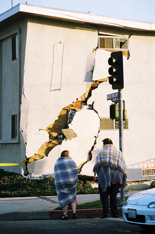 . Wrapped in blankets, residents view damage to an apartment building in Sherman Oaks.   Los Angeles Daily News file photo