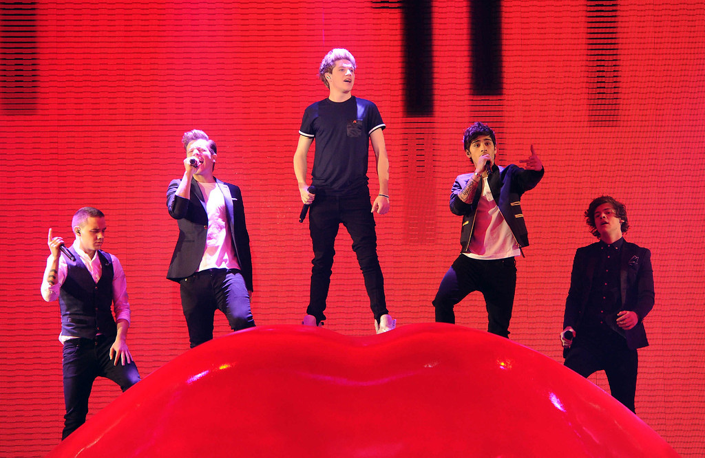 ". HOLLYWOOD, CA - DECEMBER 20: (L-R) Singers Liam Payne, Louis Tomlinson, Niall Horan, Zayn Malik and Harry Styles of \'One Direction\' perform onstage at FOX\'s ""The X Factor\"" Season 2 Finale on December 20, 2012 in Hollywood, California. (Photo by Frank Micellota/Invision/AP)"