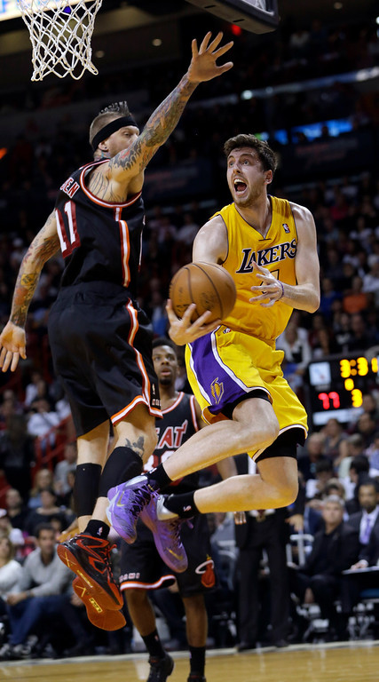 . Los Angeles Lakers forward Ryan Kelly, right, goes to the basket against Miami Heat forward Chris Andersen, left,  during the third quarter of an NBA basketball game in Miami, Thursday, Jan. 23, 2014. The Heat won 109-102. (AP Photo/Alan Diaz)