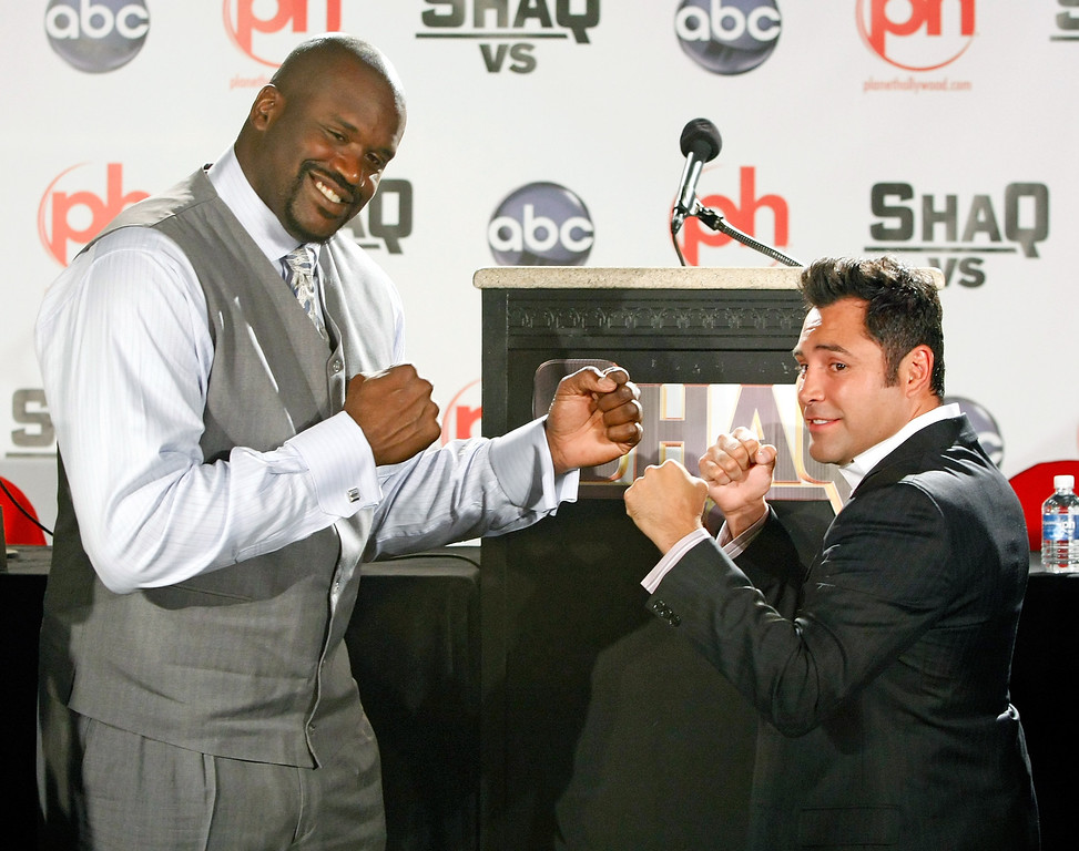 """. LAS VEGAS - AUGUST 18:  Shaquille O\' Neal (L) of the Cleveland Cavaliers and boxer Oscar De La Hoya pose as they tape a segment for the new ABC television series \""""Shaq Vs.\"""" at the Planet Hollywood Resort & Casino August 18, 2009 in Las Vegas, Nevada. The reality show, which launches tonight, follows O\'Neal as he competes against star athletes in their respective sports.  (Photo by Ethan Miller/Getty Images)"""