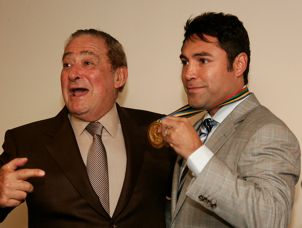 . Hall of Fame promoter Bob Arum present six-division world champion Oscar de la Hoya with the 1992 Olympic gold medal de la Hoya won in Barcelona, Spain.  Arum, who received the medal from de la Hoya on his 65th birthday, will return the medal to de la Hoya and  De la Hoya, will then put the medal on display at White Memorial Medical Center in the Cecilia Gonzalez de la Hoya Cancer Center as a special tribute to his mother who was the inspiration for his gold medal victory in Los Angeles Calif. Oct 1, 2007 Photo by Gene Blevins/LA DailyNews