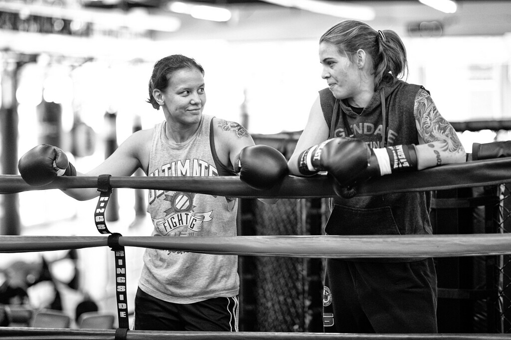 . Shayna Baszler and Jessamyn Duke talk during training at Glendale Fighting Club in Glendale. (Photo by Hans Gutknecht/Los Angeles Daily News)