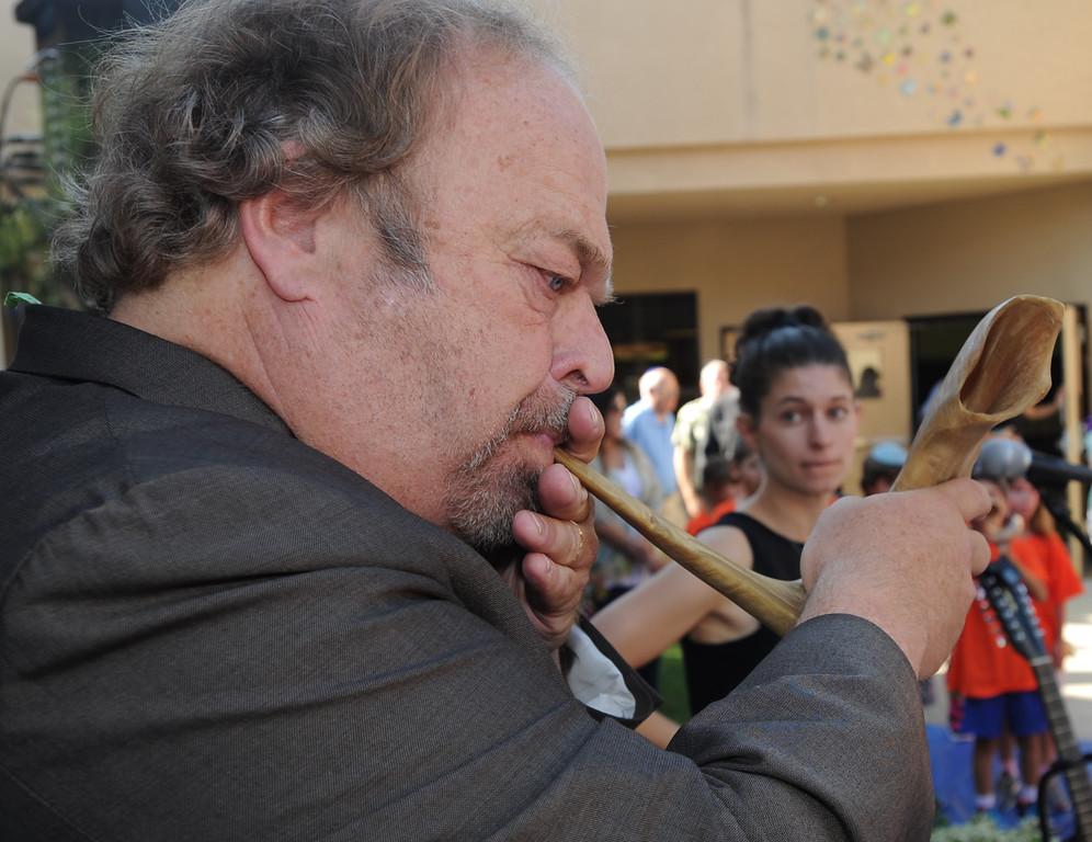 . Rabbi Jan Goldstein blows the shofar. Children at the Abraham Joshua Heschel Day School gathered to blow their shofars and sing Jewish songs for the Rosh Hashanah holiday. Northridge, CA. 8/30/2013(John McCoy/LA Daily News)