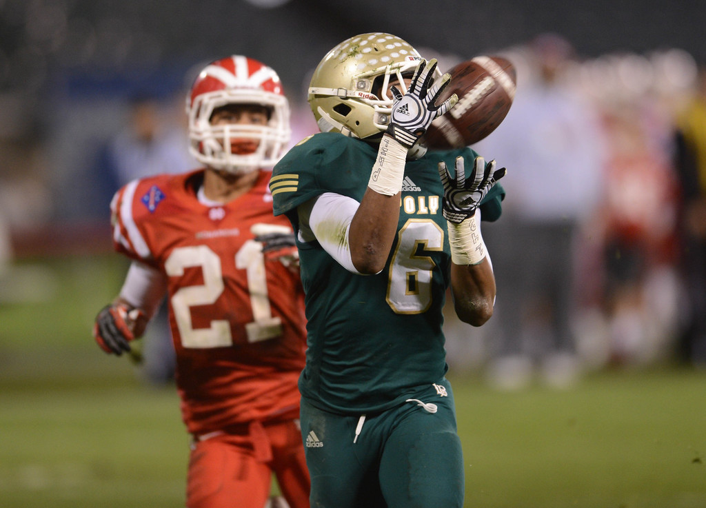 . Anaheim, Calif., --12-01-12 - Long Beach Poly\'s Thomas Tucker,6,  scores a touchdown past Mater Dei\'s Jonathan Lockett,21, in the 2nd quarter of the CIF-SS Pac-5 Division final game, at Anaheim Stadium.   Stephen Carr/  LANG