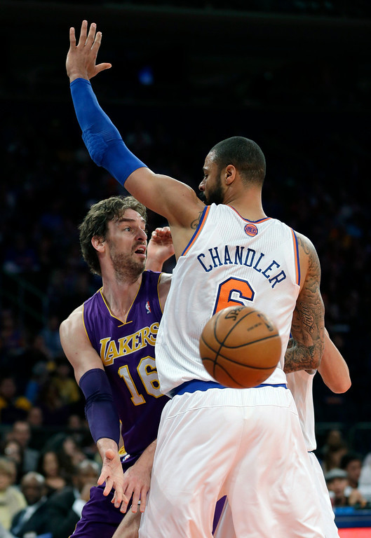 . Los Angeles Lakers\' Pau Gasol, left, passes behind the back of New York Knicks\' Tyson Chandler during the second half of the NBA basketball game at Madison Square Garden, Sunday, Jan. 26, 2014, in New York. The Knicks defeated the Lakers 110-103. (AP Photo/Seth Wenig)