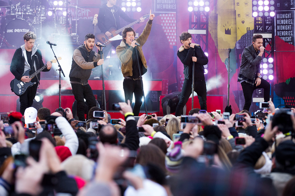 ". One Direction members, from left, Niall Horan, Zayn Malik, Harry Styles, Louis Tomlinson and Liam Payne perform on ABC\'s ""Good Morning America\"" on Tuesday, Nov. 26, 2013 in New York. (Photo by Charles Sykes/Invision/AP)"