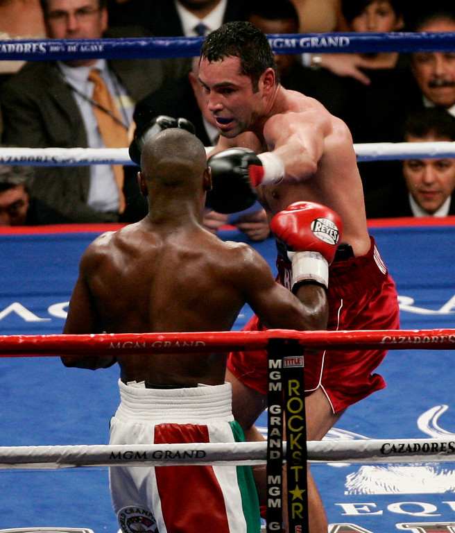 . Oscar De La Hoya goes 12 rounds with Floyd Mayweather Jr. at the MGM Hotel in Las Vegas. Oscar De La Hoya lost by split decision to Floyd Mayweather Jr for the super welterweight world championship in Las Vegas, NV. May 5,2007 ( Gene Blevins/ LA Daily News)