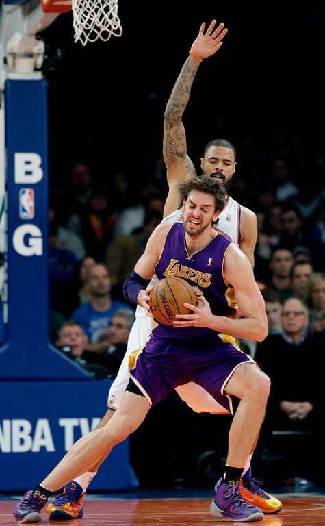 . New York Knicks\' Tyson Chandler, top, defends against Los Angeles Lakers\' Pau Gasol during the second half of an NBA basketball game at Madison Square Garden, Sunday, Jan. 26, 2014, in New York. The Knicks won 110-103. (AP Photo/Seth Wenig)