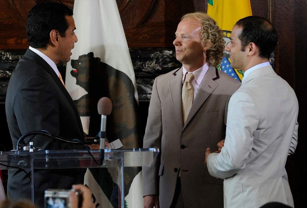 . (l-r) Los Angeles Mayor Antonio Villaraigosa performed a wedding ceremony for Bruce Cohen and Gabriel Catone in the press conference room outside the Mayors office in City Hall.  Los Angeles, CA 6/23/2008. (John McCoy/L.A. Daily News)