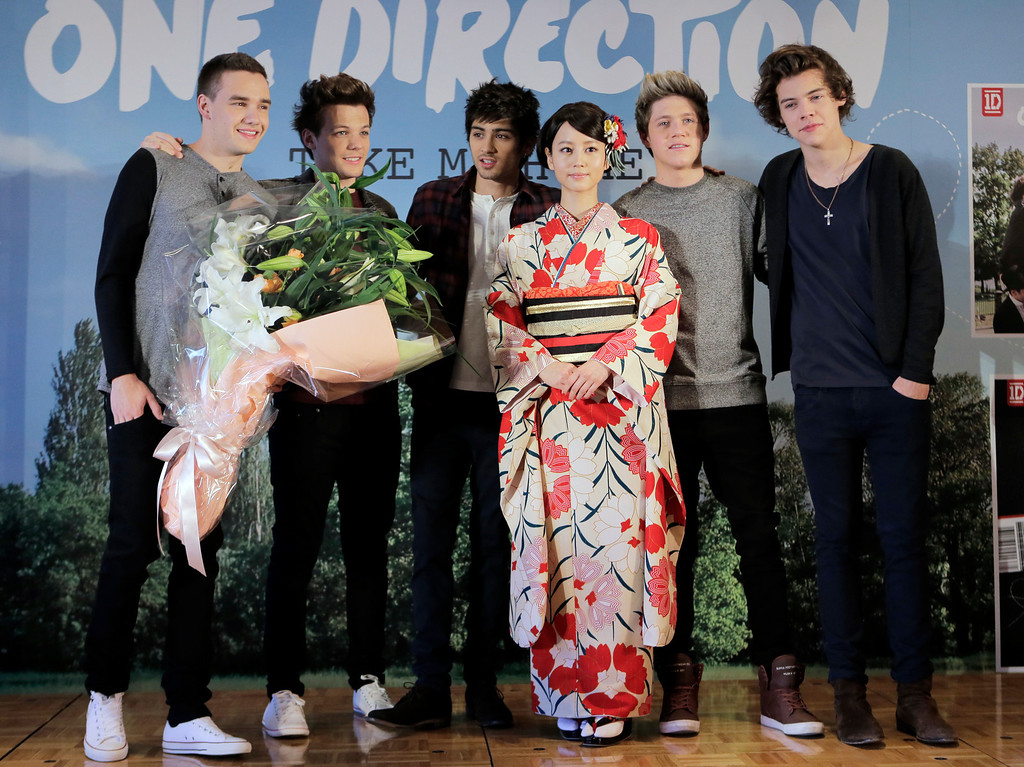 ". Japanese actress Maki Horikita,  fourth left, poses with the members of British boy band ""One Direction,\"" from left, Liam Payne, Louis Tomlinson, Zayn Malik, Niall Horan and Harry Styles, for photographers during a news conference to promote their second album \"" TAKE  ME HOME \""  in Tokyo, Friday, Jan. 18, 2013. (AP Photo/Itsuo Inouye)"