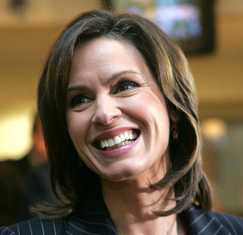 . Elizabeth Vargas smiles before a news conference in this Monday, Dec. 5, 2005 file photo, in New York.    (AP Photo/Kathy Willens)