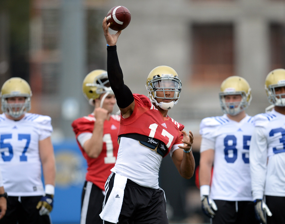 . UCLA quarterback Brett Hundley during football practice at Spaulding Field on the UCLA campus Thursday, April 17, 2014. (Photo by Hans Gutknecht/Los Angeles Daily News)