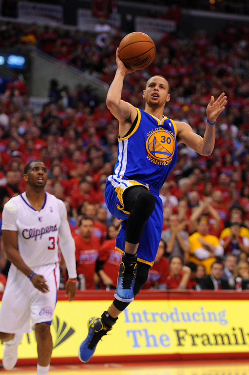 . The Warriors\' Stephen Curry shoots a runner after getting by the Clippers\' Chris Paul. (Photo by Michael Owen Baker/L.A. Daily News)