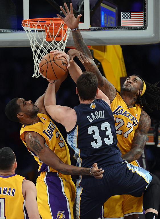 . The Grizzlies� Marc Gasol #33 goes to the hoop as Lakers� Shawne Williams #3 and Jordan Hill #27 defend at the Staples Center in Los Angeles Friday, November 15, 2013. (Photo by Hans Gutknecht/Los Angeles Daily News)