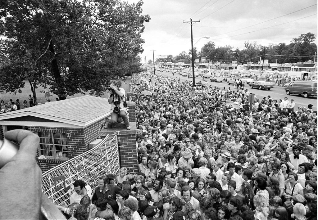. Hundreds of people wait outside the late Elvis Presley\'s Graceland mansion before the gates are opened for the public to view the body of the rock and roll singer in Memphis, Tenn., Aug. 17, 1977.  (AP Photo)